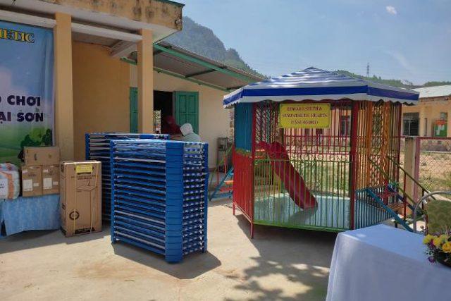 """Quỹ """"Những trái tim đồng cảm Thành phố Đà Nẵng"""" về trao tặng trang thiết bị, đồ dùng đồ chơi cho trẻ trường Mẫu giáo Đại Sơn."""